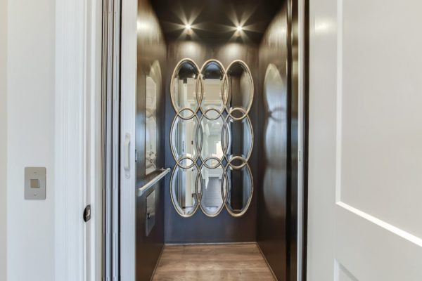 41_CommodoreDrive_823_Elevator-min